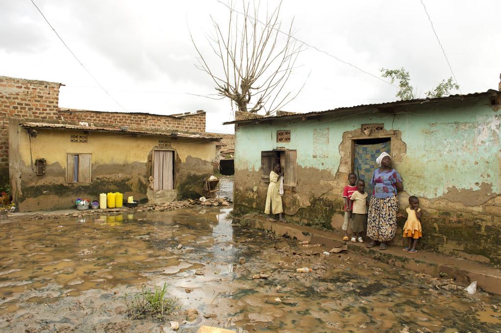 ウガンダの首都カンパラのスラム。排水処理の設備が整っていないため、雨が降るたびに水があふれ、病気が蔓延する原因となる。